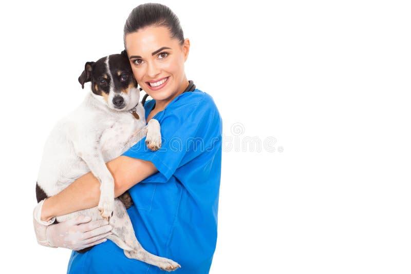 Κτηνίατρος που αγκαλιάζει το σκυλί στοκ εικόνες με δικαίωμα ελεύθερης χρήσης