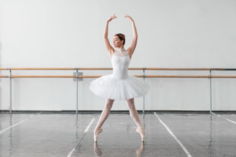 Όμορφος θηλυκός χορευτής μπαλέτου στην κατηγορία στοκ εικόνα με δικαίωμα ελεύθερης χρήσης