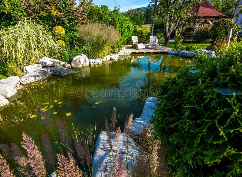 Όμορφος κήπος με τη λίμνη στοκ εικόνα