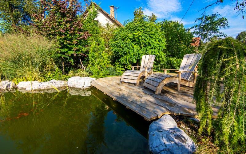 Όμορφος κήπος με τη λίμνη στοκ εικόνες με δικαίωμα ελεύθερης χρήσης