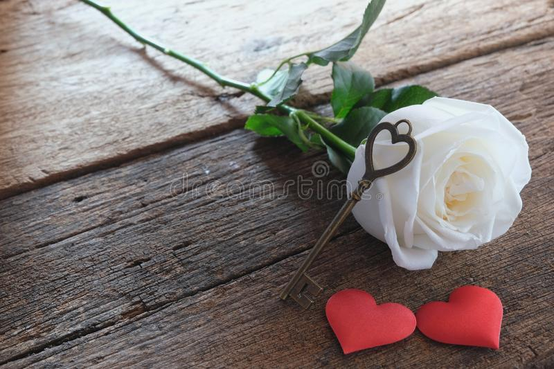 Όμορφος καθαρός άσπρος αυξήθηκε με το κλειδί μορφής αγάπης στην κόκκινη καρδιά σατέν δύο Μαλακός τόνος για ρομαντικό Valentine& x στοκ εικόνες με δικαίωμα ελεύθερης χρήσης