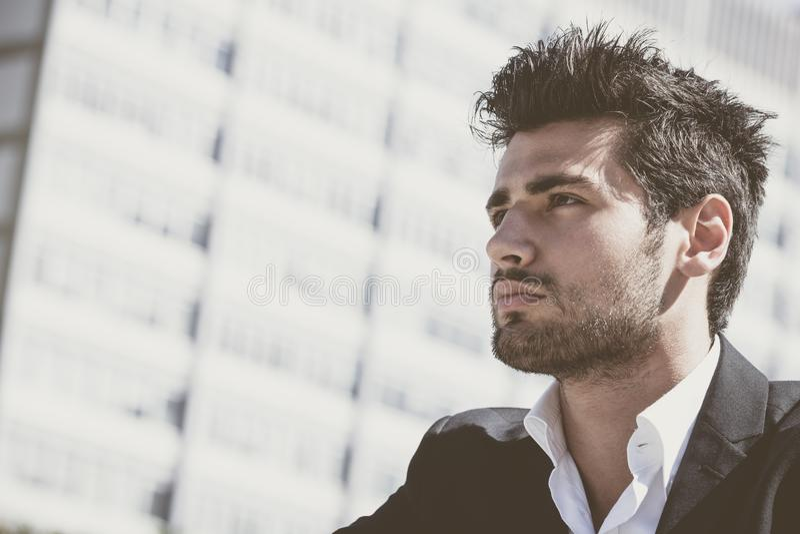 Όμορφος και γοητευτικός νεαρός άνδρας με το μοντέρνο κούρεμα στοκ φωτογραφίες
