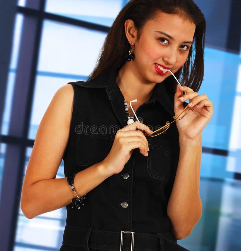 Όμορφος και εύθυμος γραμματέας στο γραφείο της στοκ εικόνες