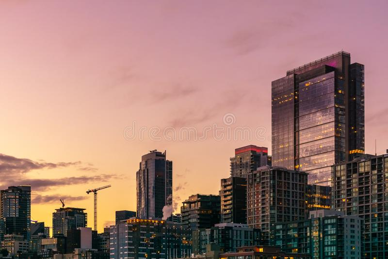 Όμορφος και ζωηρόχρωμος ορίζοντας του Σιάτλ στο ηλιοβασίλεμα στοκ φωτογραφία με δικαίωμα ελεύθερης χρήσης