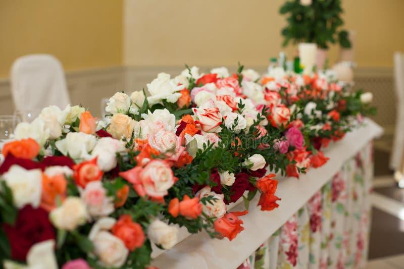 Όμορφος και κομψός πίνακας δεξίωσης γάμου που καλύπτεται με το flowe στοκ φωτογραφίες με δικαίωμα ελεύθερης χρήσης
