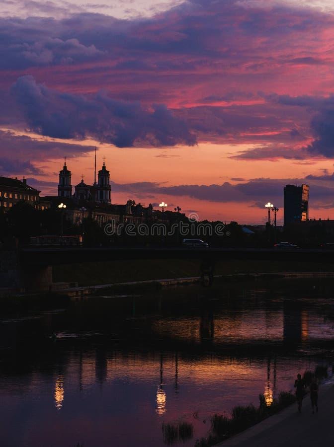 Όμορφος και μαγικός ουρανός βραδιού σε Vilnius, Λιθουανία στοκ εικόνα