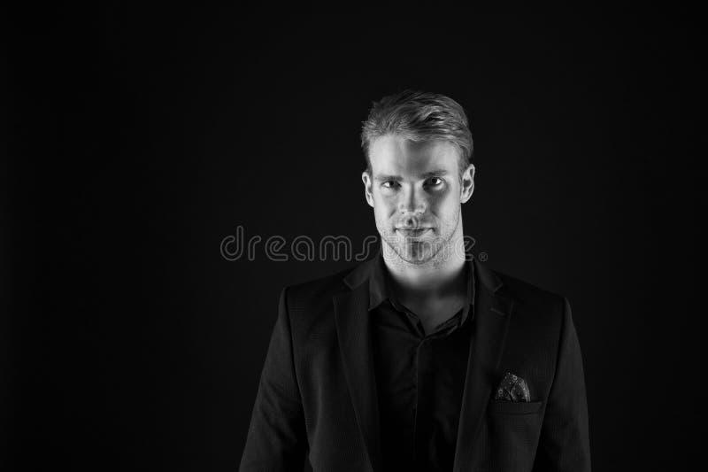 Όμορφος καλά καλλωπισμένος φαλλοκράτης ατόμων στο μαύρο υπόβαθρο Αίσθημα βέβαιος Αρσενικοί ομορφιά και ανδροπρέπεια Τύπος ελκυστι στοκ φωτογραφία με δικαίωμα ελεύθερης χρήσης