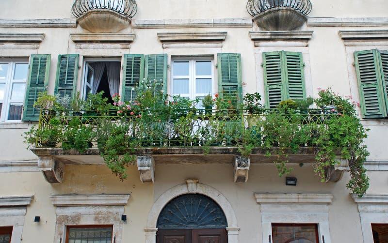 Όμορφος καταστρέψτε τα παράθυρα και το μπαλκόνι μεσογειακό σε μεσαιωνικό στοκ εικόνα με δικαίωμα ελεύθερης χρήσης