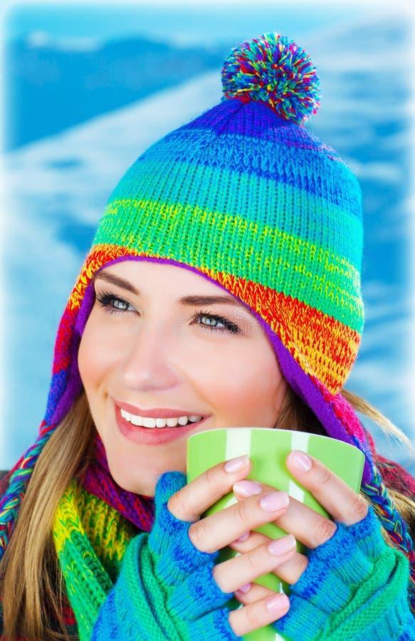 Όμορφος καφές κατανάλωσης κοριτσιών στοκ φωτογραφίες