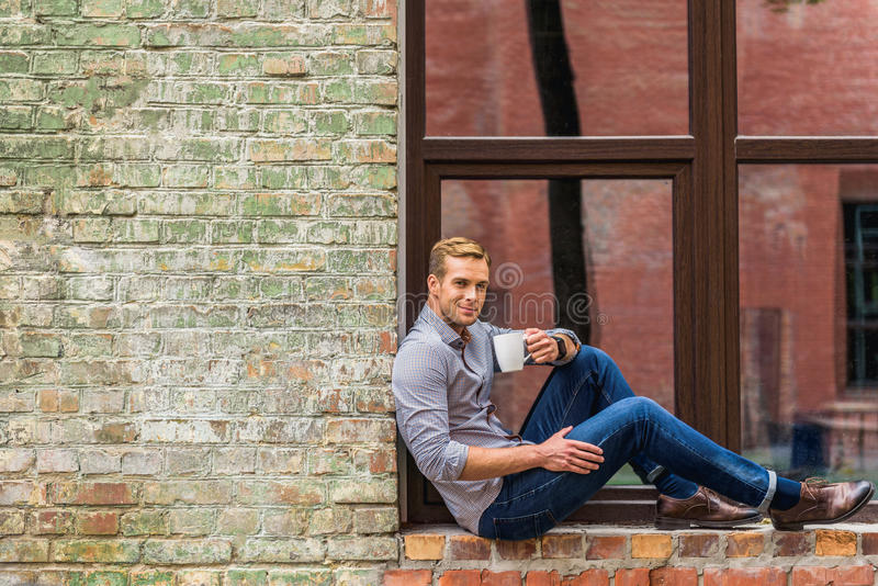 Όμορφος καφές κατανάλωσης ατόμων έξω από το κτίριο γραφείων στοκ φωτογραφίες με δικαίωμα ελεύθερης χρήσης