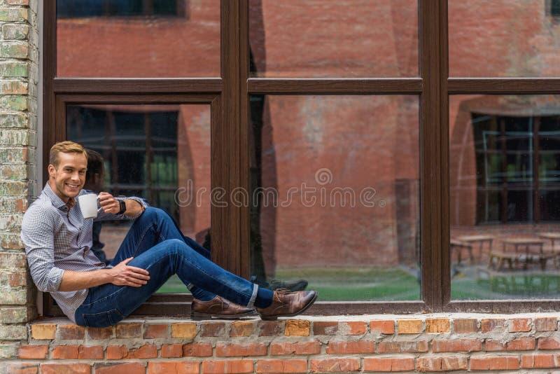 Όμορφος καφές κατανάλωσης ατόμων έξω από το κτίριο γραφείων στοκ εικόνες με δικαίωμα ελεύθερης χρήσης
