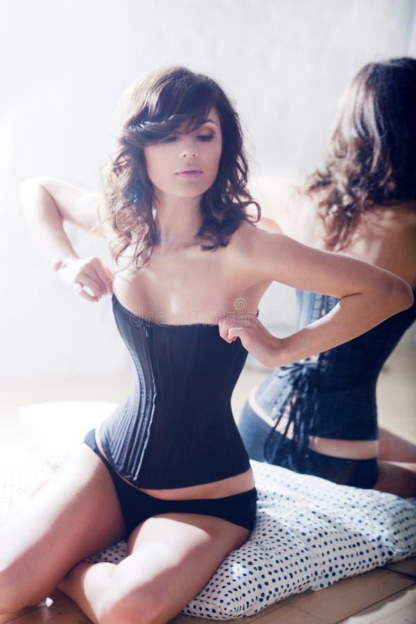 όμορφος κορσές brunette κομψός στοκ εικόνες με δικαίωμα ελεύθερης χρήσης