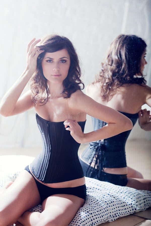 όμορφος κορσές brunette κομψός στοκ εικόνες