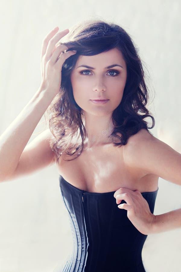 όμορφος κορσές brunette κομψός στοκ εικόνα