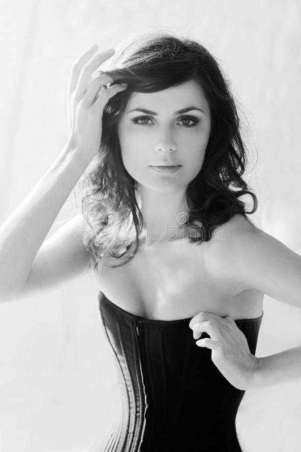 όμορφος κορσές brunette κομψός στοκ φωτογραφίες