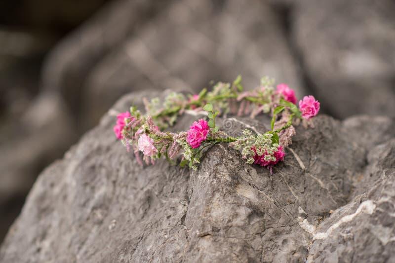 Όμορφος κυκλίσκος των λουλουδιών Όμορφα ρόδινα τριαντάφυλλα και διαφορετικά λουλούδια στοκ φωτογραφία