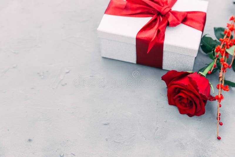 Όμορφος κόκκινος αυξήθηκε και το κιβώτιο δώρων στο ξύλινο υπόβαθρο στοκ φωτογραφίες με δικαίωμα ελεύθερης χρήσης