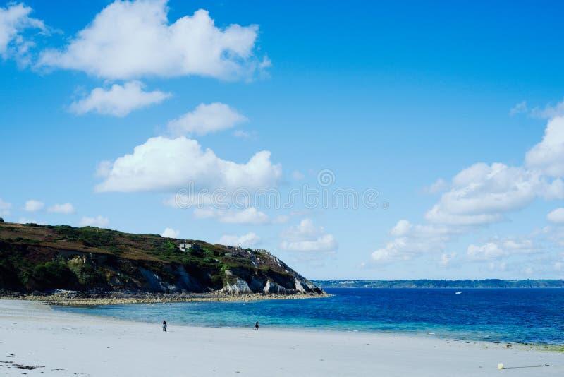 όμορφος κόλπος με μια ζαλίζοντας μπλε θάλασσα και συμπαθητικούς απότομους βράχους στοκ εικόνα με δικαίωμα ελεύθερης χρήσης