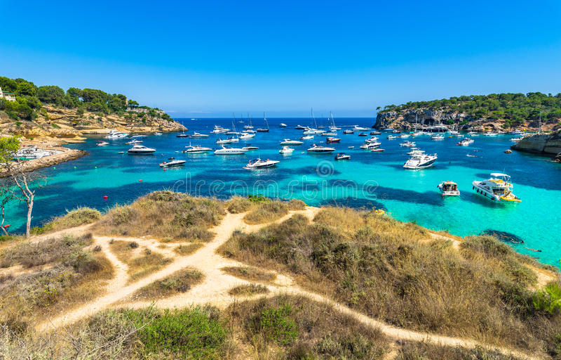 Όμορφος κόλπος με πολλές βάρκες στη Μεσόγειο Vells Majorca Ισπανία πυλών στοκ φωτογραφία