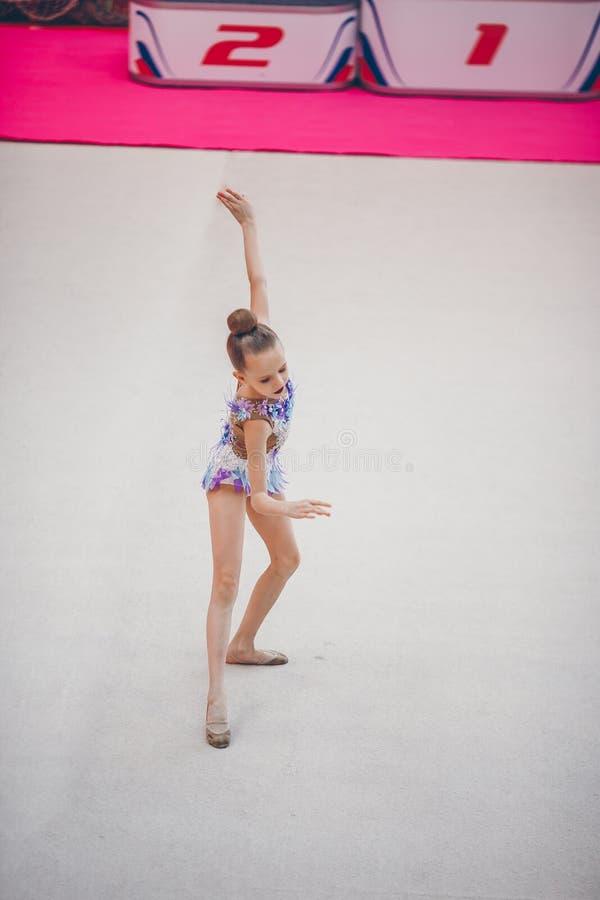 Όμορφος λίγο ενεργό gymnast κορίτσι με την απόδοσή της στον τάπητα στοκ φωτογραφία με δικαίωμα ελεύθερης χρήσης