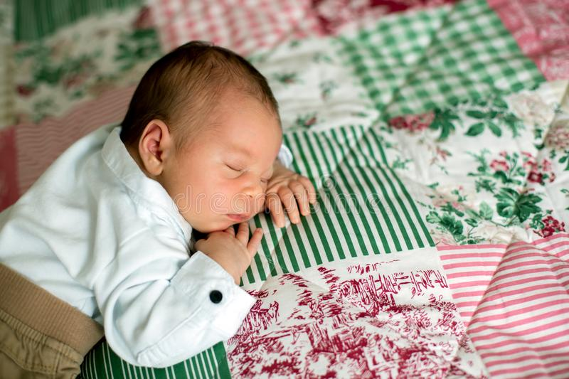 Όμορφος λίγο νεογέννητο αγοράκι, ντυμένοι τόσο μικροί κύριοι, στοκ φωτογραφίες