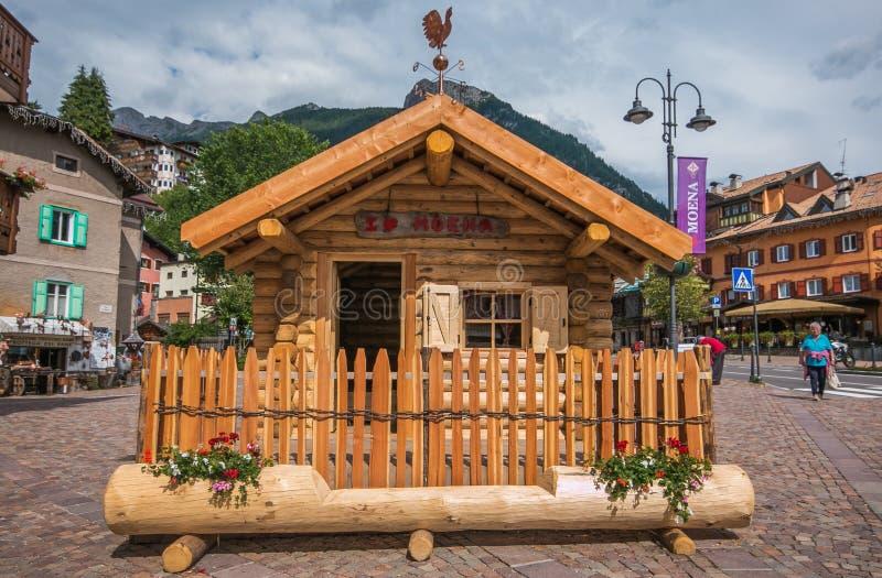 Όμορφος λίγο ξύλινο σπίτι στο κύριο τετράγωνο του χωριού Moena, Ιταλία στοκ εικόνες