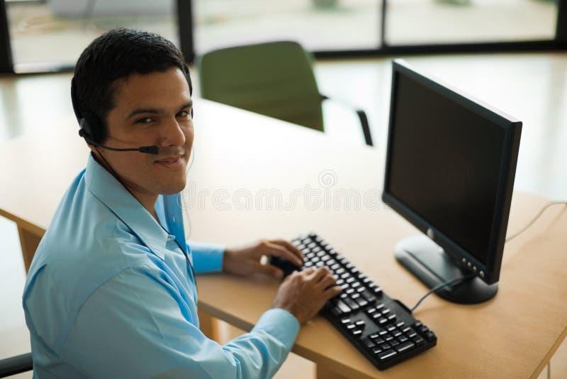 Όμορφος λατίνος αντιπρόσωπος εξυπηρέτησης πελατών στοκ φωτογραφία