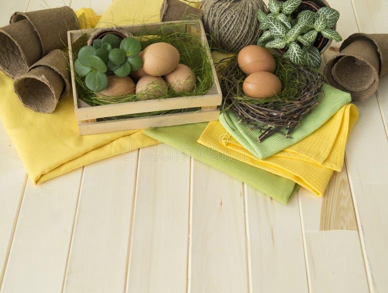 όμορφος λεκές διακοπών αυγών Πάσχας ανασκόπησης Διακοσμητική ρύθμιση Πάσχας με τα λουλούδια, τις εγκαταστάσεις, τα δοχεία και τα  στοκ φωτογραφία με δικαίωμα ελεύθερης χρήσης