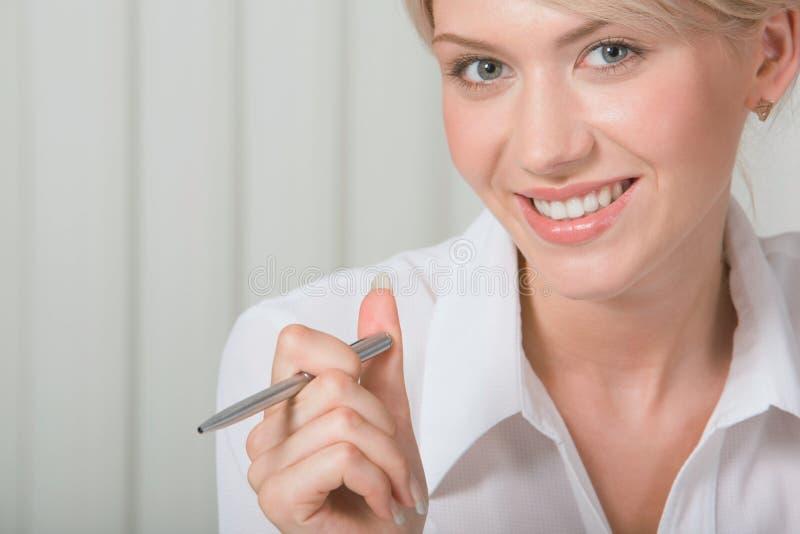 όμορφος λευκός εργαζόμ&epsil στοκ φωτογραφία με δικαίωμα ελεύθερης χρήσης