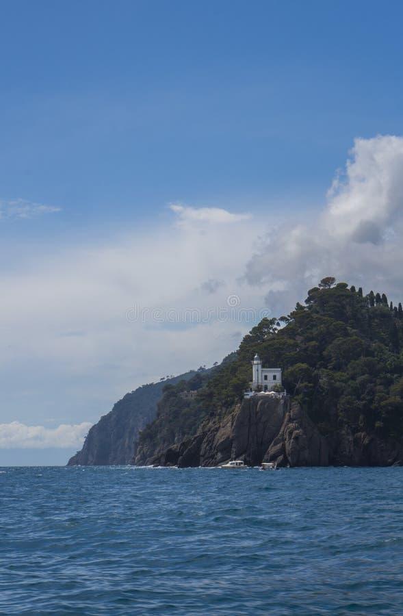 Όμορφος Λευκός Οίκος στο βράχο κοντά σε Portofino Ιταλία στοκ φωτογραφία με δικαίωμα ελεύθερης χρήσης