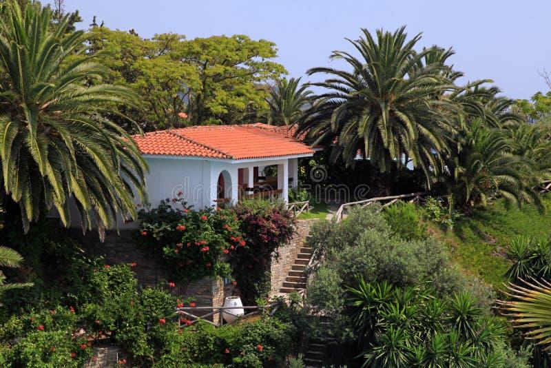 Όμορφος Λευκός Οίκος στο μεσογειακό κήπο (Ελλάδα). στοκ εικόνες