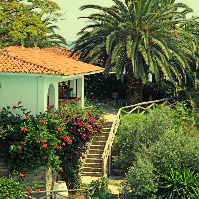 Όμορφος Λευκός Οίκος στο μεσογειακό κήπο (Ελλάδα) στοκ φωτογραφία με δικαίωμα ελεύθερης χρήσης