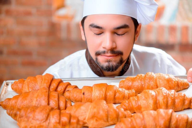 Όμορφος μάγειρας στην κουζίνα στοκ φωτογραφίες