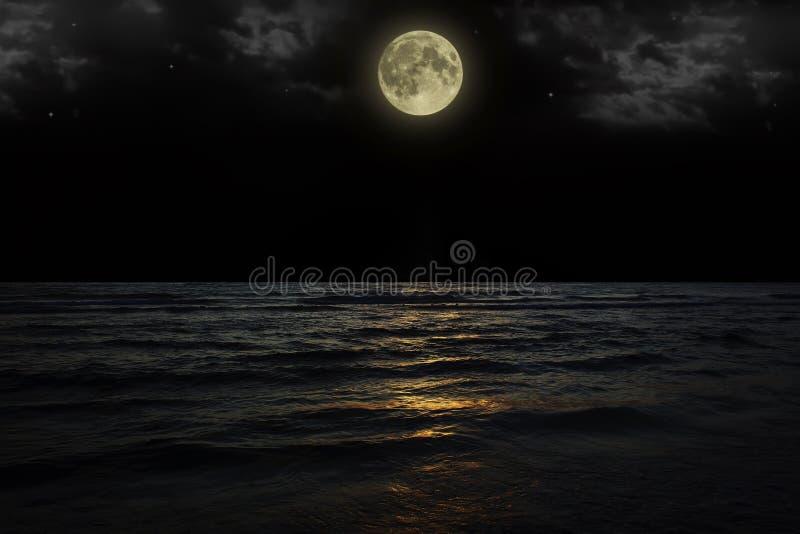 Όμορφος μαγικός μπλε νυχτερινός ουρανός με την αντανάκλαση σύννεφων και αστεριών πανσελήνων στο νερό στοκ εικόνες με δικαίωμα ελεύθερης χρήσης
