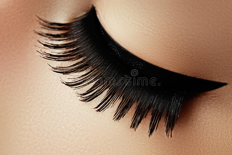 Όμορφος μακρο πυροβολισμός του θηλυκού ματιού με τα ακραία μακροχρόνια eyelashes α στοκ εικόνες