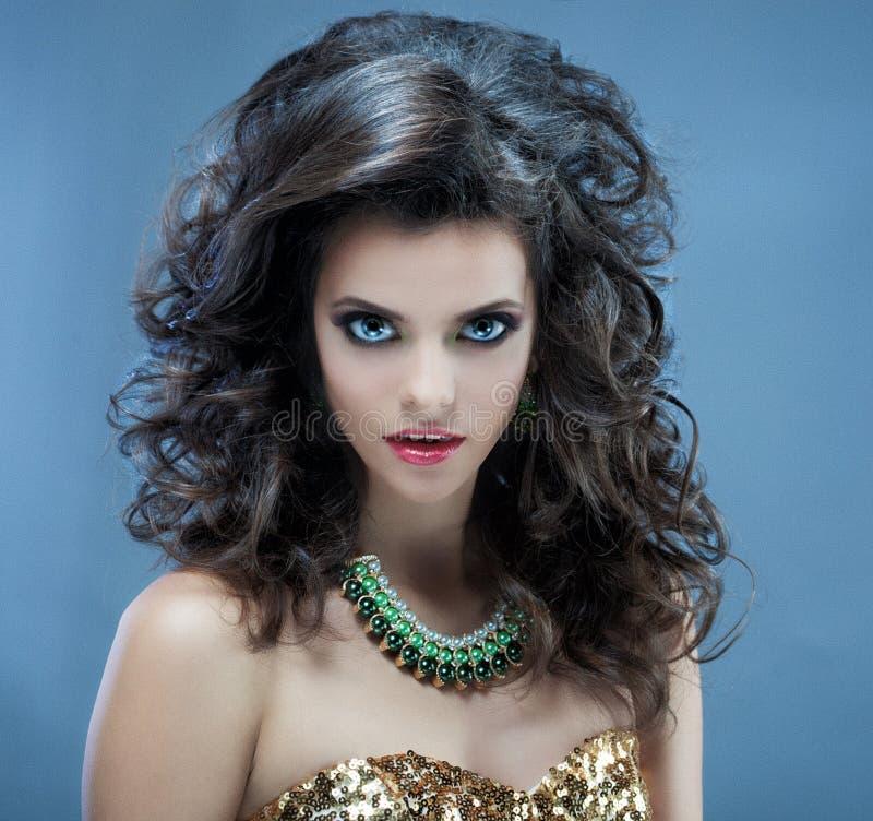 όμορφος μακρύς κυματιστό&sig Brunette με το σγουρό hairstyle στοκ φωτογραφίες