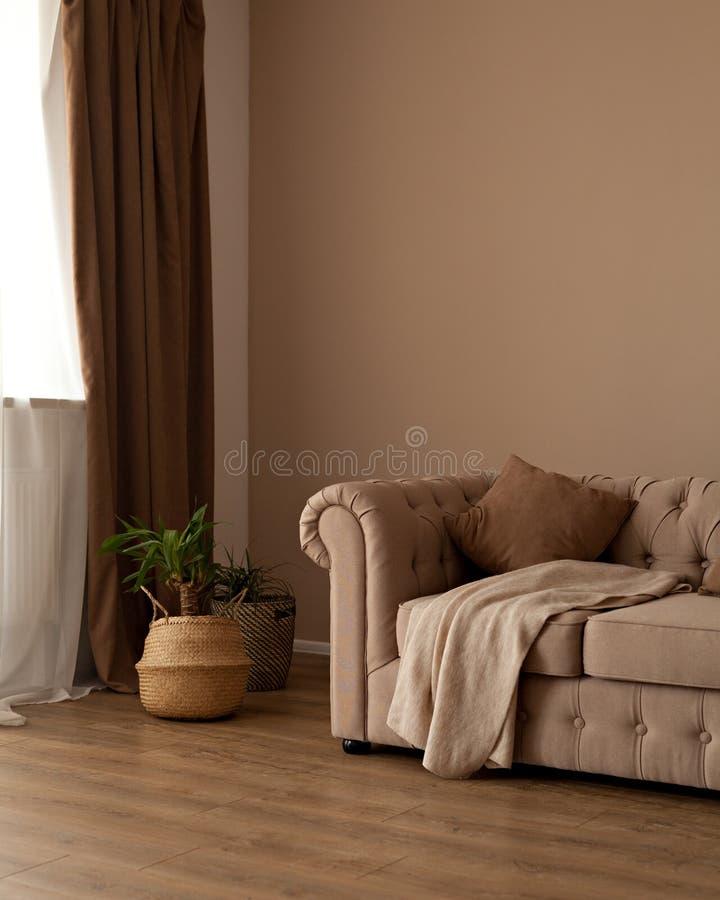 Όμορφος μπεζ υφαντικός καναπές chesterfild στο εσωτερικό στοκ φωτογραφίες με δικαίωμα ελεύθερης χρήσης