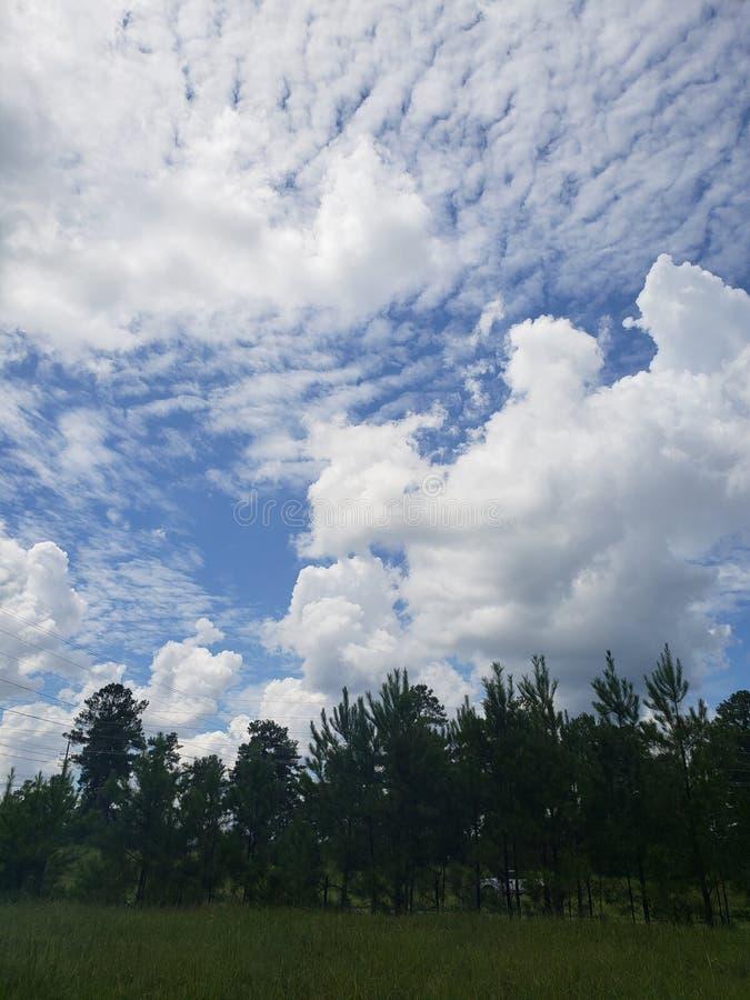 όμορφος μπλε ουρανός και αυξομειούμενα σύννεφα στοκ εικόνα με δικαίωμα ελεύθερης χρήσης