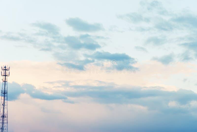 Όμορφος μπλε ουρανός με τα δραματικά σύννεφα Θεάματα φύσης στοκ φωτογραφία