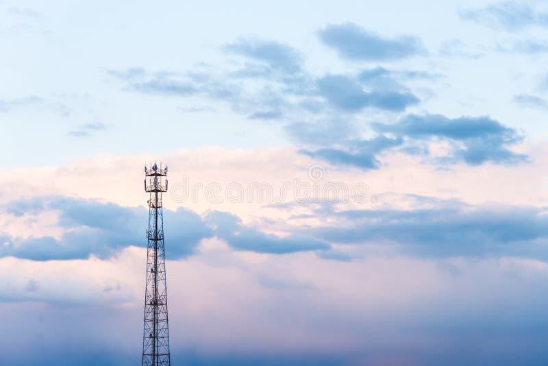 Όμορφος μπλε ουρανός με τα δραματικά σύννεφα Θεάματα φύσης στοκ εικόνα