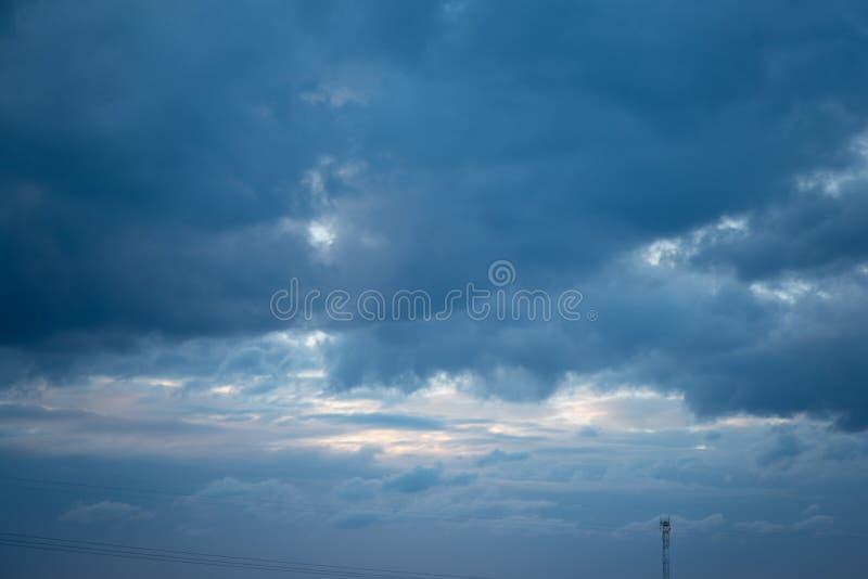 Όμορφος μπλε ουρανός με τα δραματικά σύννεφα Θεάματα φύσης στοκ εικόνες με δικαίωμα ελεύθερης χρήσης