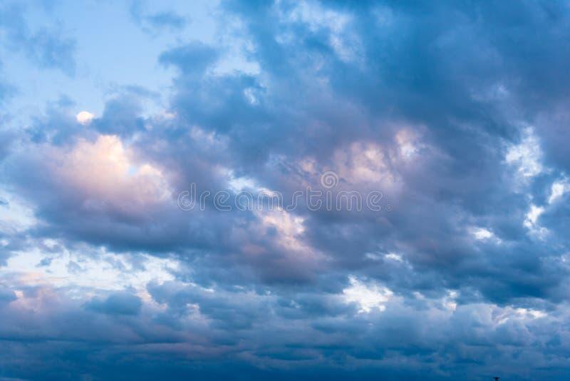 Όμορφος μπλε ουρανός με τα δραματικά σύννεφα Θεάματα φύσης στοκ εικόνες