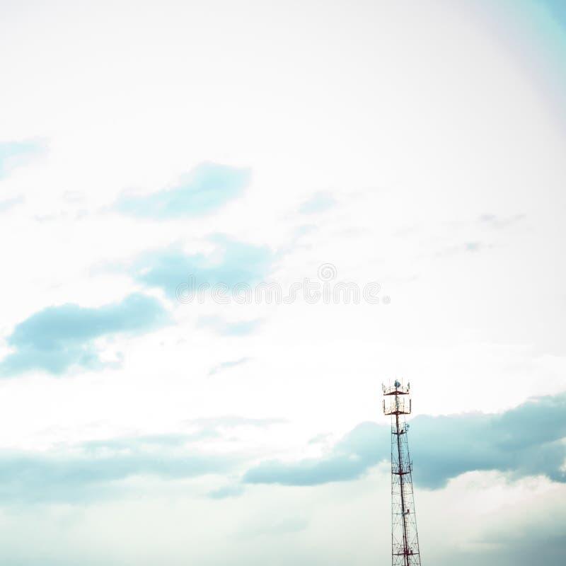 Όμορφος μπλε ουρανός με τα δραματικά σύννεφα Θεάματα φύσης στοκ εικόνα με δικαίωμα ελεύθερης χρήσης