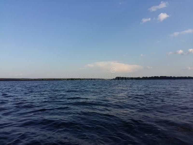 Όμορφος μπλε ουρανός με τον ήλιο και ηλιοφάνεια κατά τη διάρκεια συμπαθητικού στοκ εικόνα με δικαίωμα ελεύθερης χρήσης