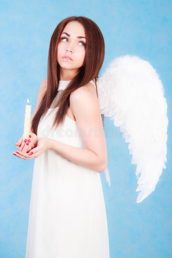 Όμορφος νέος άγγελος που κρατά ένα κερί στοκ εικόνα με δικαίωμα ελεύθερης χρήσης