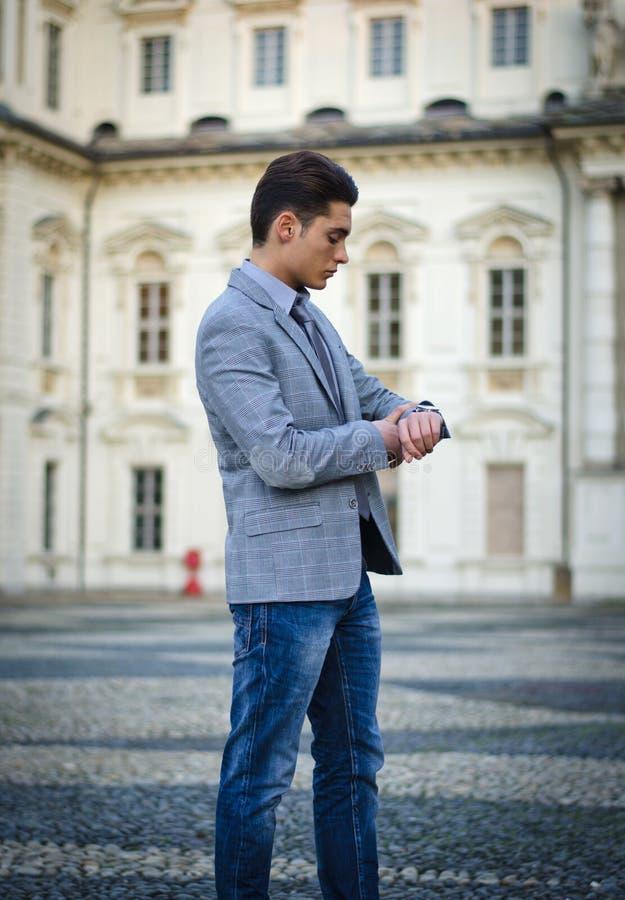 Όμορφος νέος αρσενικός μοντέλο ή επιχειρηματίας στοκ εικόνες
