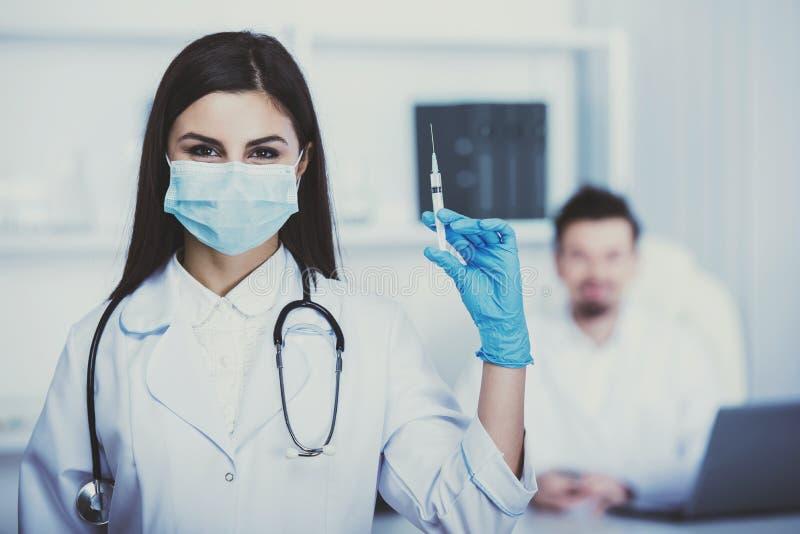 Όμορφος νέος γιατρός στον επίδεσμο της εσθήτας με το στηθοσκόπιο στην κλινική στοκ εικόνα με δικαίωμα ελεύθερης χρήσης
