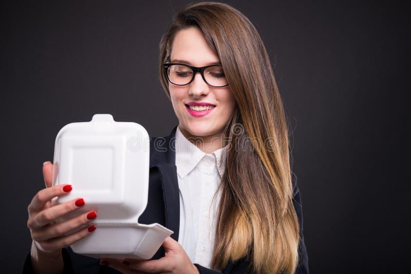 Όμορφος νέος διευθυντής που απολαμβάνει το μεσημεριανό γεύμα της στοκ φωτογραφία με δικαίωμα ελεύθερης χρήσης