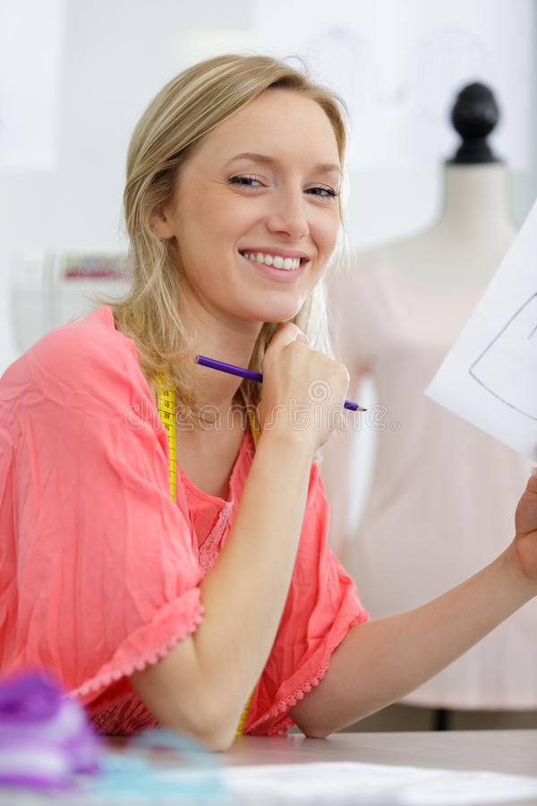 Όμορφος νέος θηλυκός ράφτης που χαμογελά στη κάμερα στοκ εικόνα