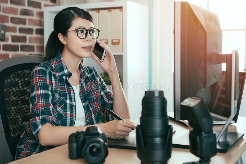 Όμορφος νέος θηλυκός συντάκτης σχεδίου φωτογραφιών στοκ εικόνα